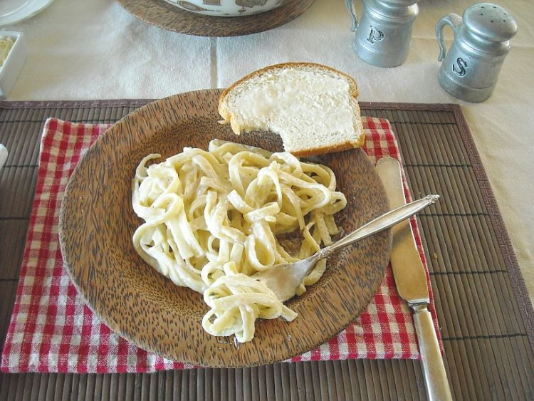 Homemade Fettucini Alfredo Recipe with homemade white sauce via flouronmyface.com