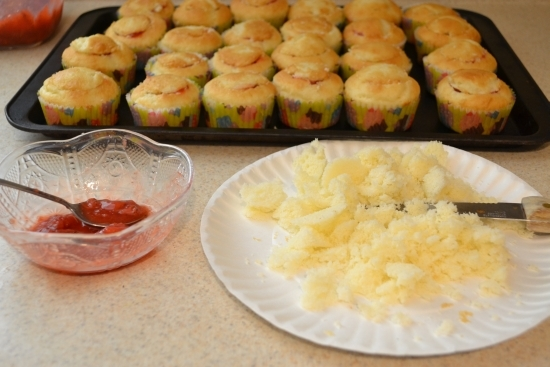 strawberry sauce, homemade, filling, cupcakes