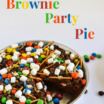 M&M Brownie Party Pie is perfect for a kids birthday party or just because you love M&M's recipe via flouronmyface.com