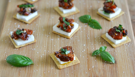 Balsamic Roasted Tomato appetizer, #TriscuitSnackoff, Triscuit recipe ideas, Balsamic Roasted Tomato and Garlic Recipe