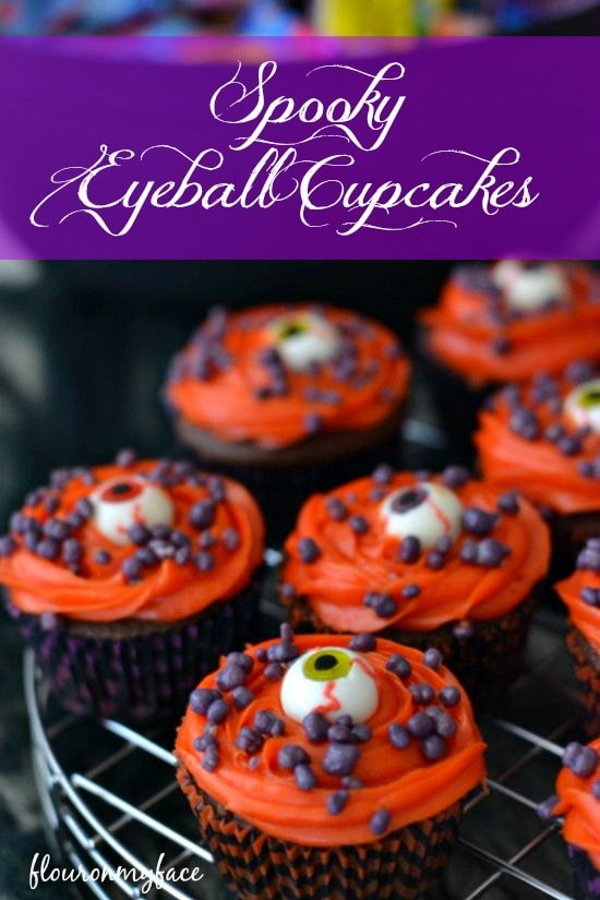 Easy Spooky Eyeball Cupcakes for your Halloween party and a free Halloween Treat Bag printable via flouronmyface.com #ad