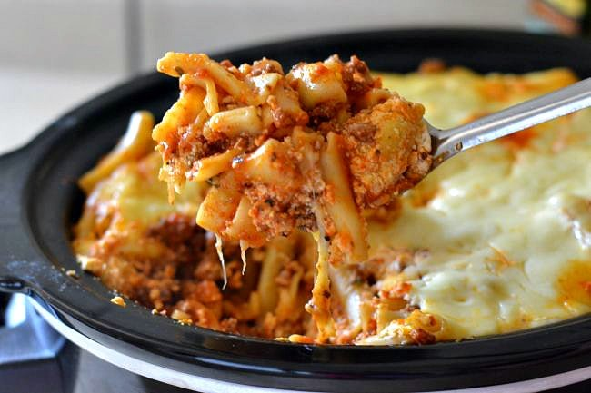 Easy Crock Pot Baked Ziti via flouronmyface.com