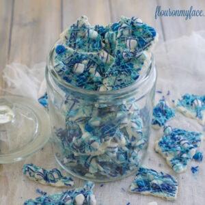 Blue and White Christmas Bark recipe via flouronmyface.com