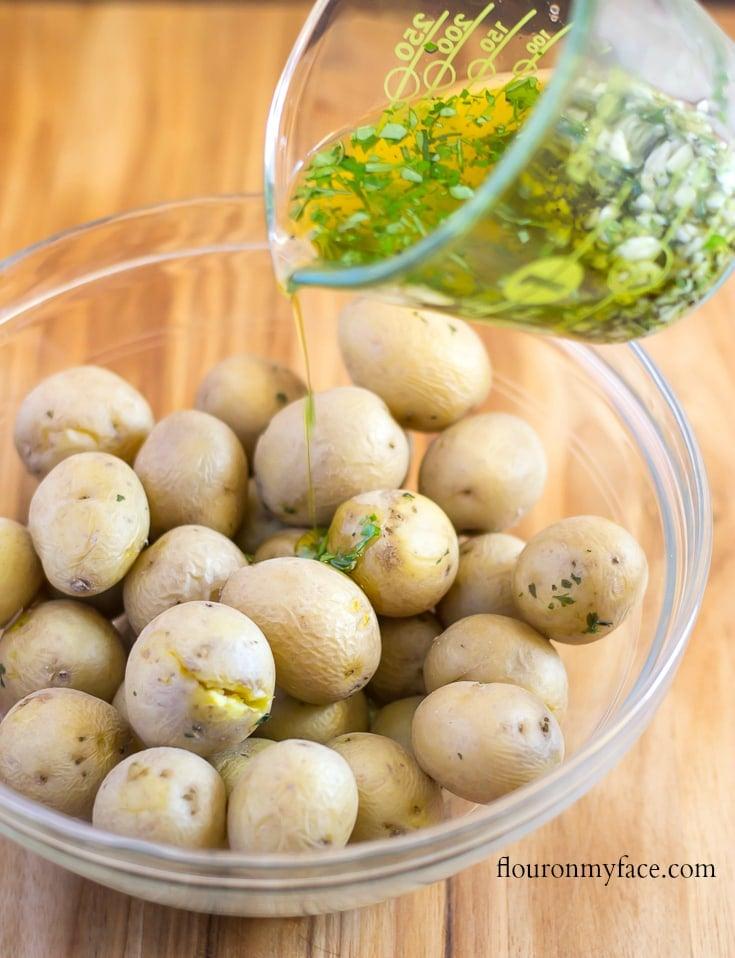 Easy Garlic Rosemary Smashed Potatoes recipe via flouronmyface.com