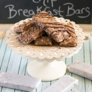 Homemade Peanut Butter Chocolate Chip Breakfast Bars are so easy to make and are perfect for busy mornings whne you don't have time to sit dow to breakfast via flouronmyface.com