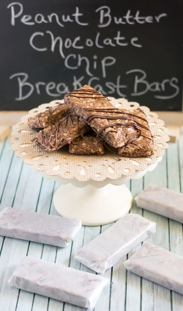 Homemade Peanut Butter Chocolate Chip Breakfast Bars are so easy to make and are perfect for busy mornings when you don't have time to sit down to breakfast via flouronmyface.com