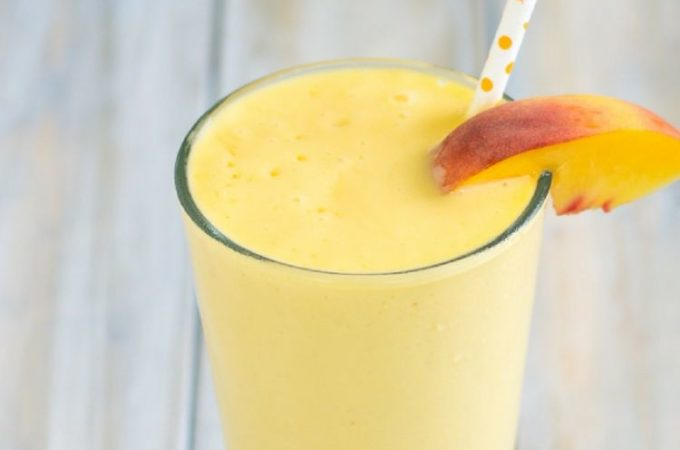 Grab up the last of summer peaches and make this easy Peach Smoothie recipe via flouronmyface.com