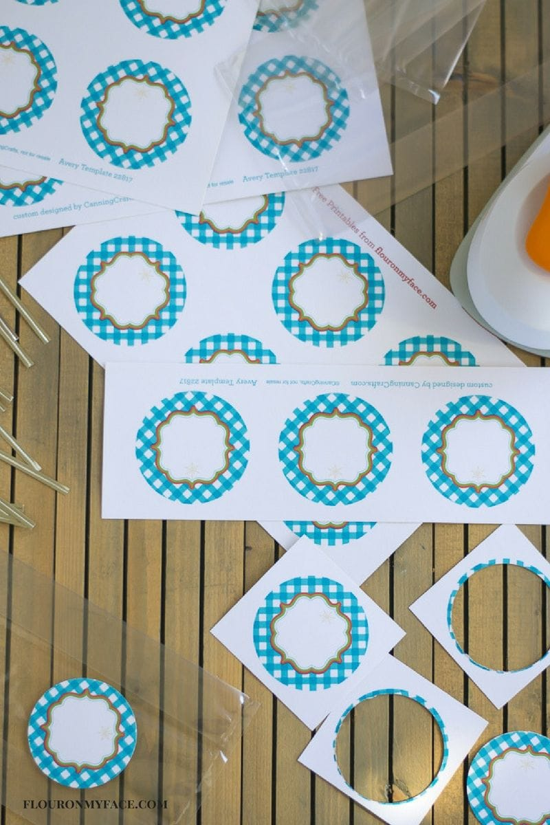 Free Printable Christmas Cookie Exchange Round Labels for easy cookie exchange packaging via flouronmyface.com